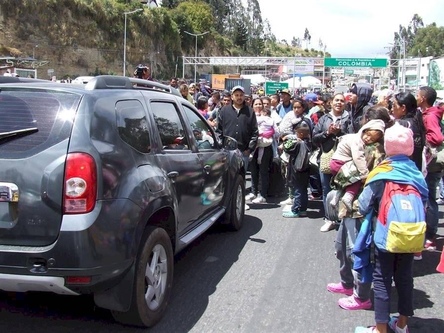 Cientos de venezolanos bloquean el paso en frontera entre Ecuador y Colombia