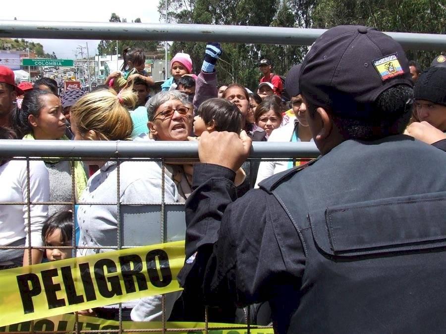 Cientos de venezolanos bloquean el paso en frontera entre Ecuador y Colombia EFE