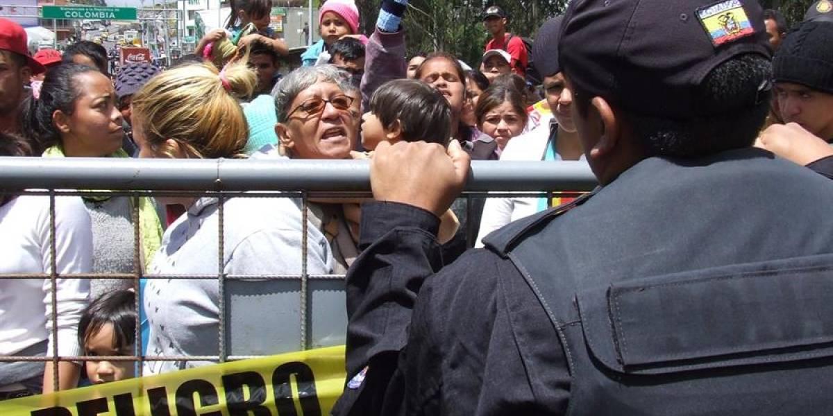 Cientos de venezolanos bloquean el puente de Rumichaca