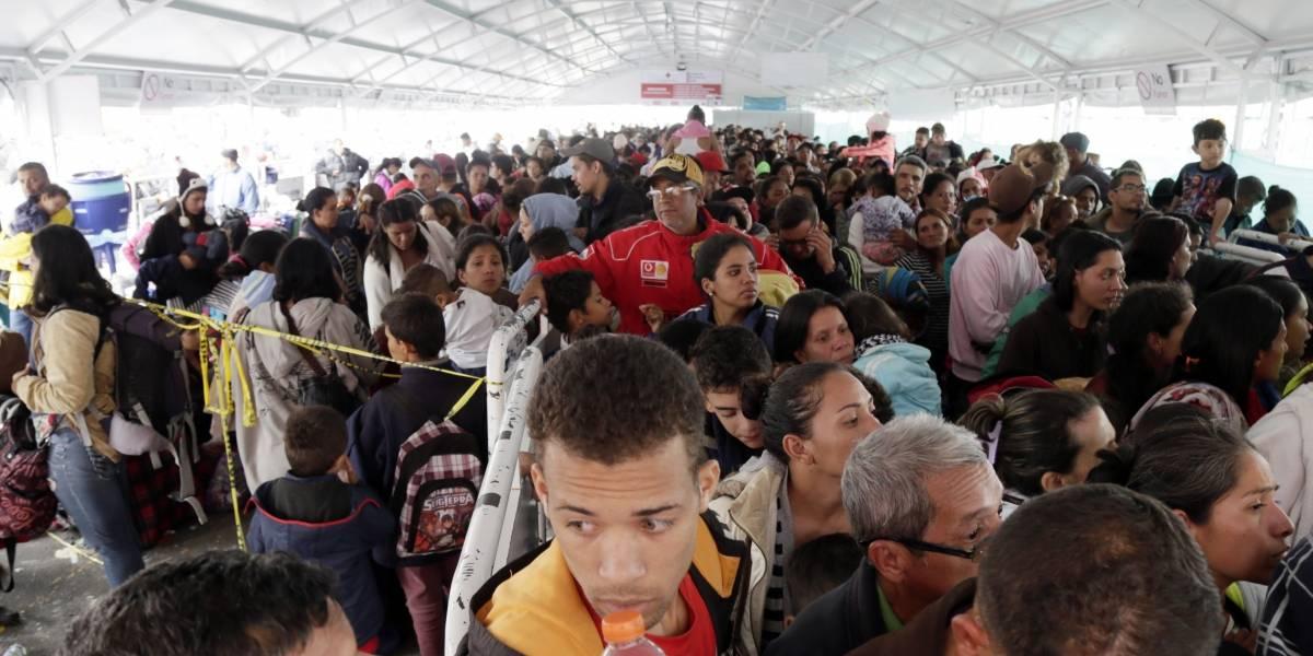 Venezolanos estancados en frontera de Ecuador por requisito de visa humanitaria