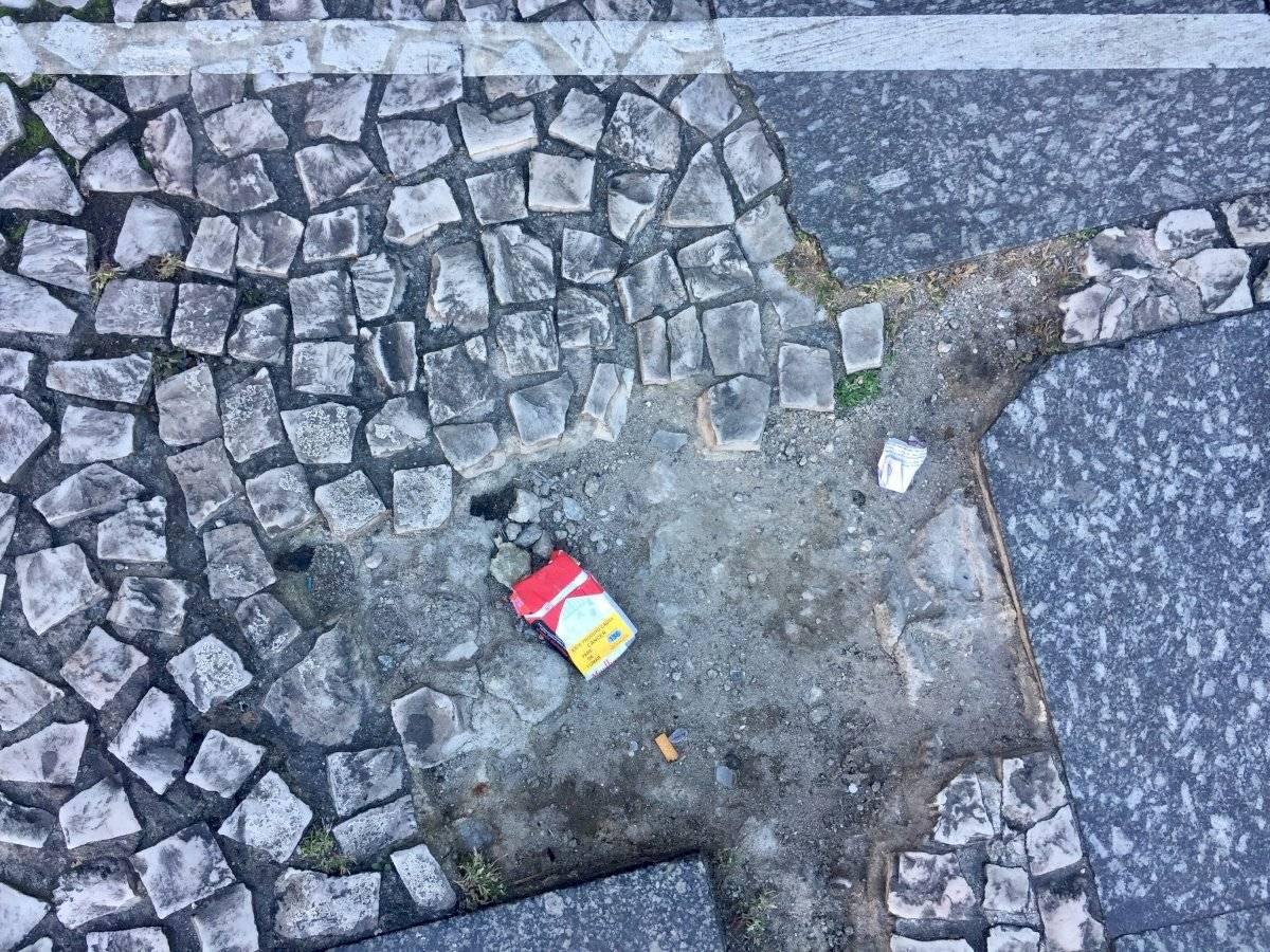 cigarro e bituca de cigarro na rua