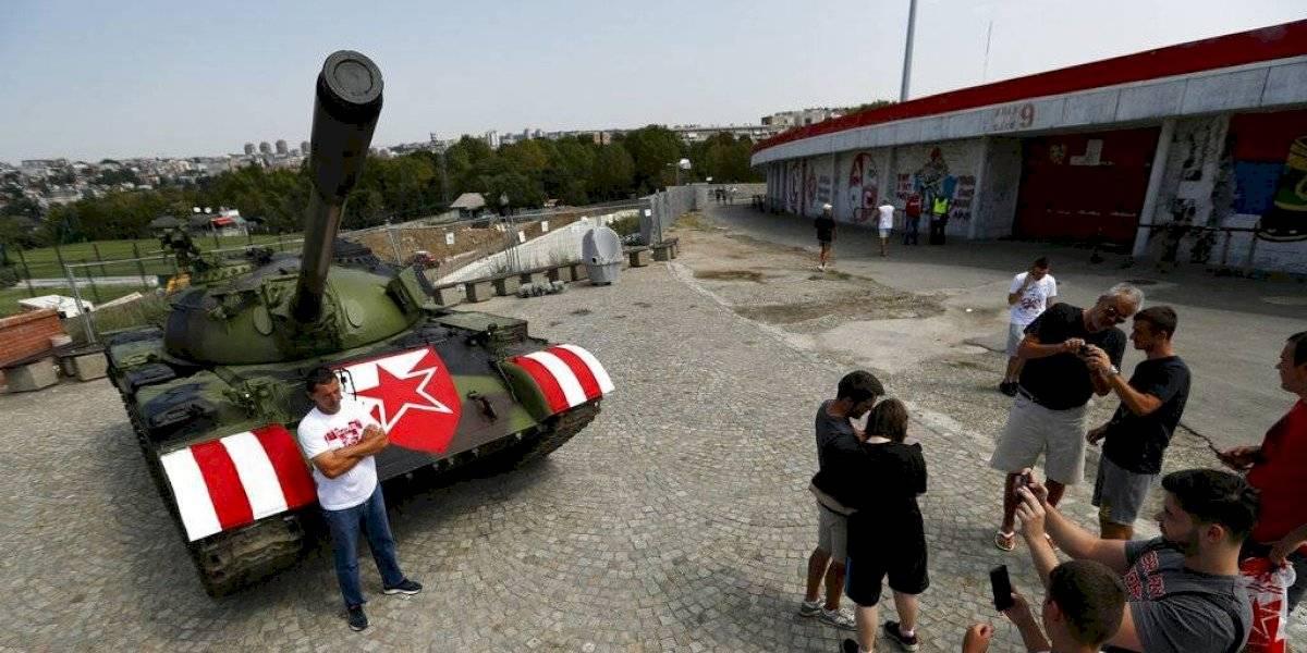 Los ultras de Estrella Roja aparcan un tanque frente al estadio