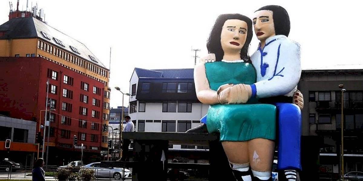 """Seguirán """"sentados frente al mar"""": estatua se quedará en Puerto Montt y las redes sociales festejan que """"ganó el amor"""""""