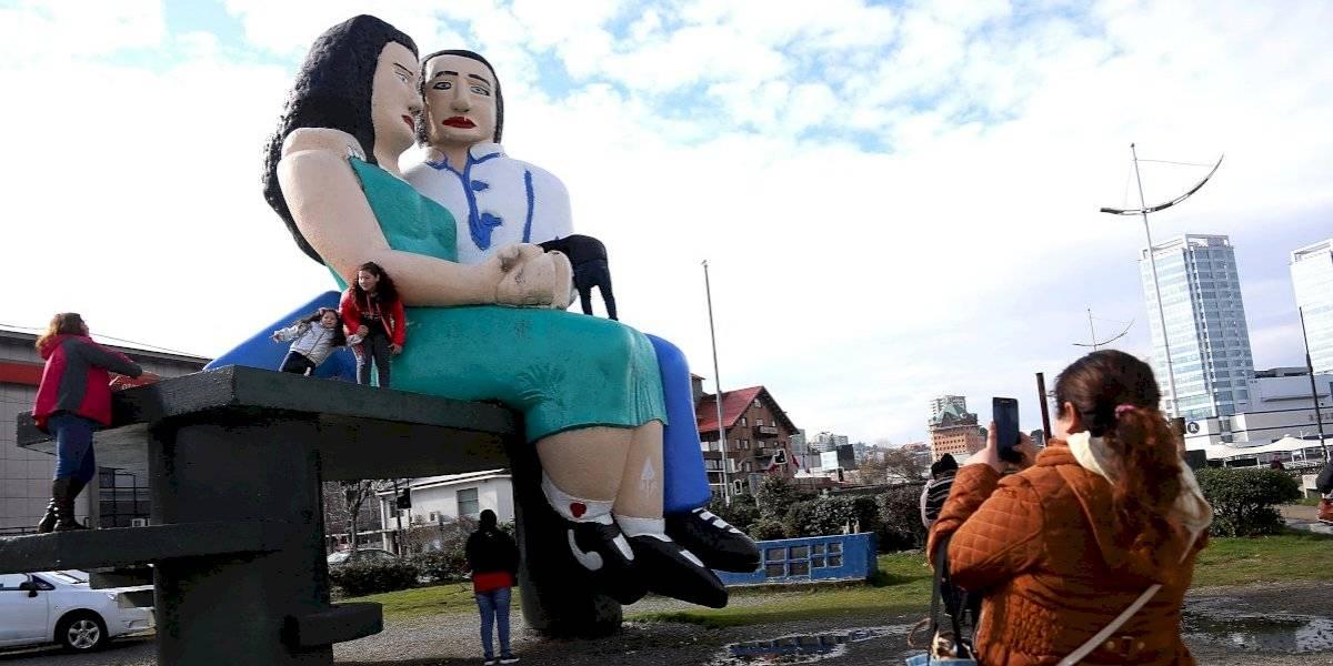 """Ganó el sí en cuestionada votación: Estatua """"Sentados frente al mar"""" de Puerto Montt se queda"""