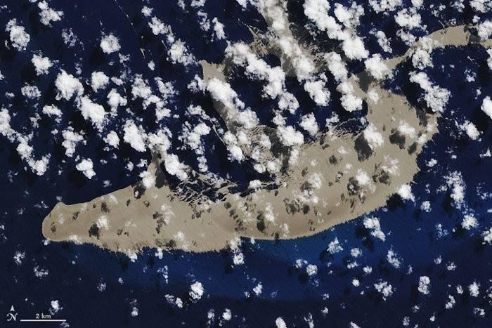 Enorme isla de piedra pómez flota a la deriva por el océano pacífico
