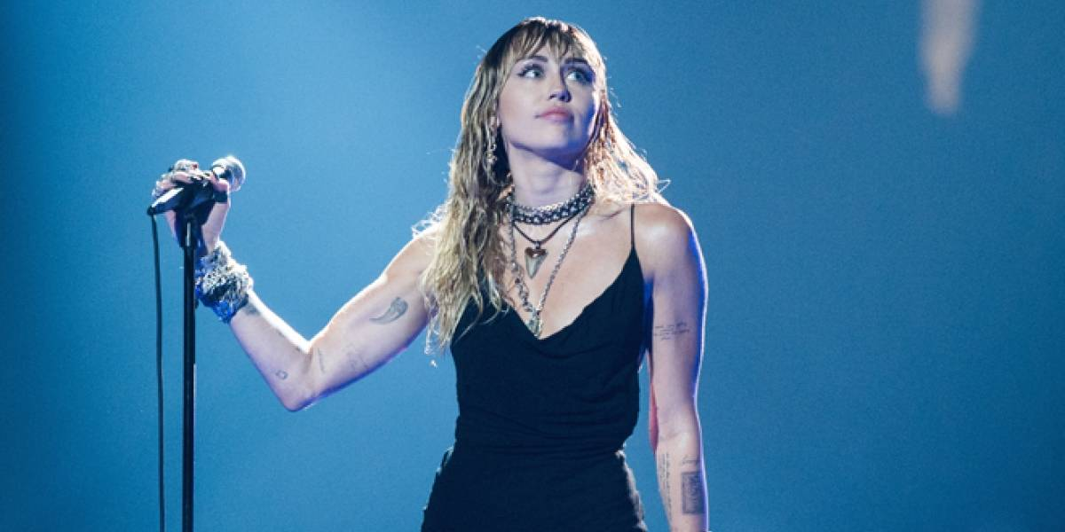 Miley Cyrus reaparece muy cariñosa con Kaitlynn Carter