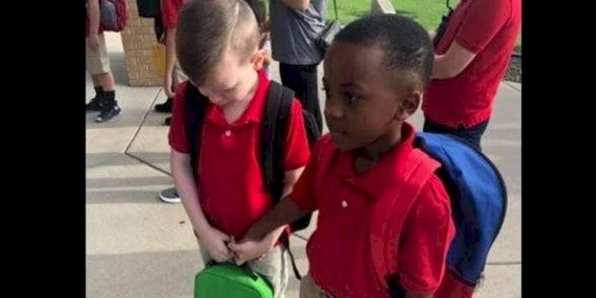La emotiva foto se convirtió en viral: la tierna imagen de niño de 8 años que consuela a compañero con autismo el primer día de clases
