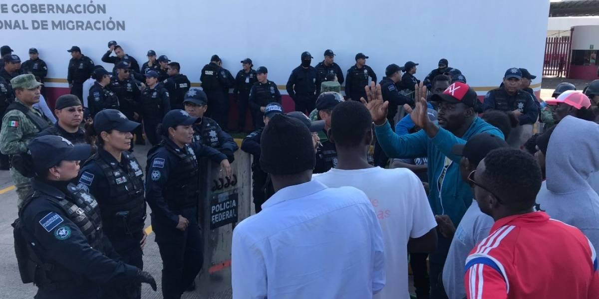 Policías federales agreden a migrantes y periodistas en estación migratoria