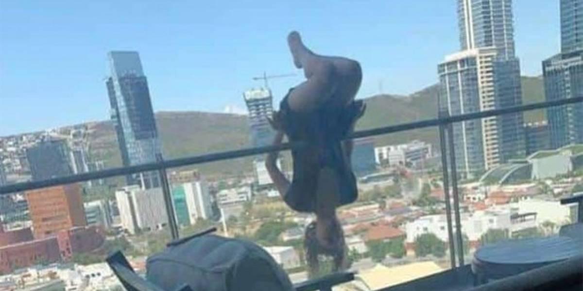 Mujer cayó por balcón mientras practicaba yoga extremo, ahora lucha por su vida