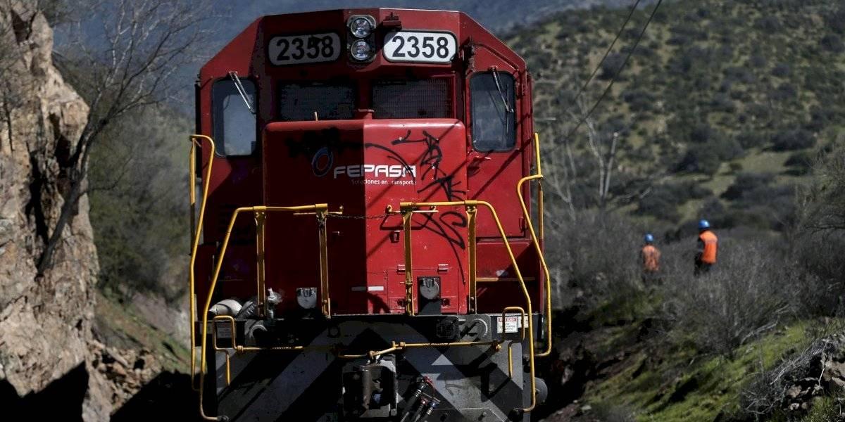 Menor de 16 años queda en riesgo vital tras ser atropellada por tren de carga