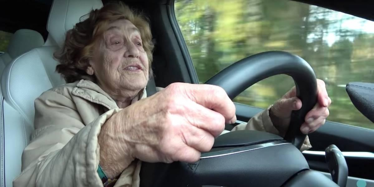 Niños están dos veces más seguros en el auto cuando conducen los abuelos