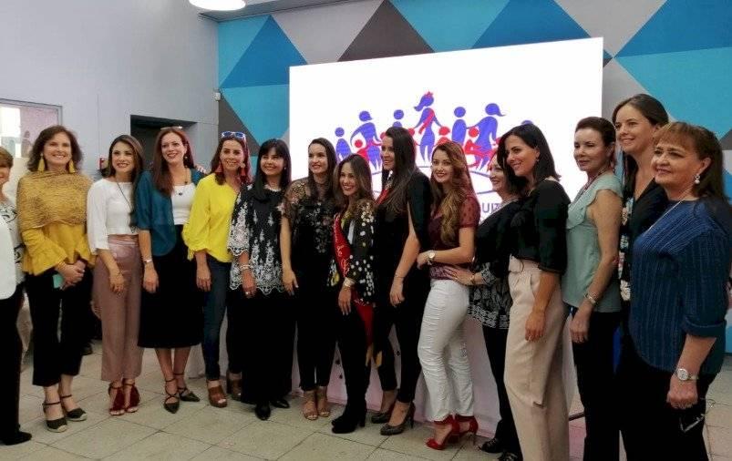 Daniela Almeida, Reina de Quito, con Sofía Arteta, Directora de la Fundación, y las exReinas METRO ECUADOR