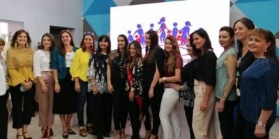 Daniela Almeida, Reina de Quito, con Sofía Arteta, Directora de la Fundación, y las exReinas