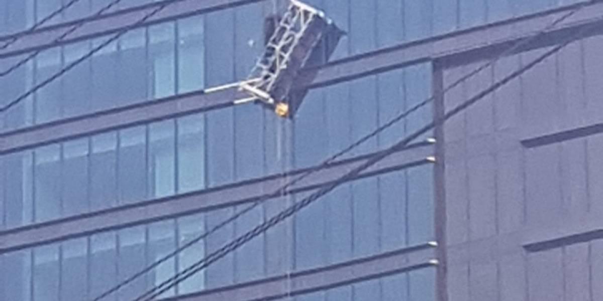 Trabajadores que cambian vidrio en edificio se quedan colgando a 20 pisos de altura
