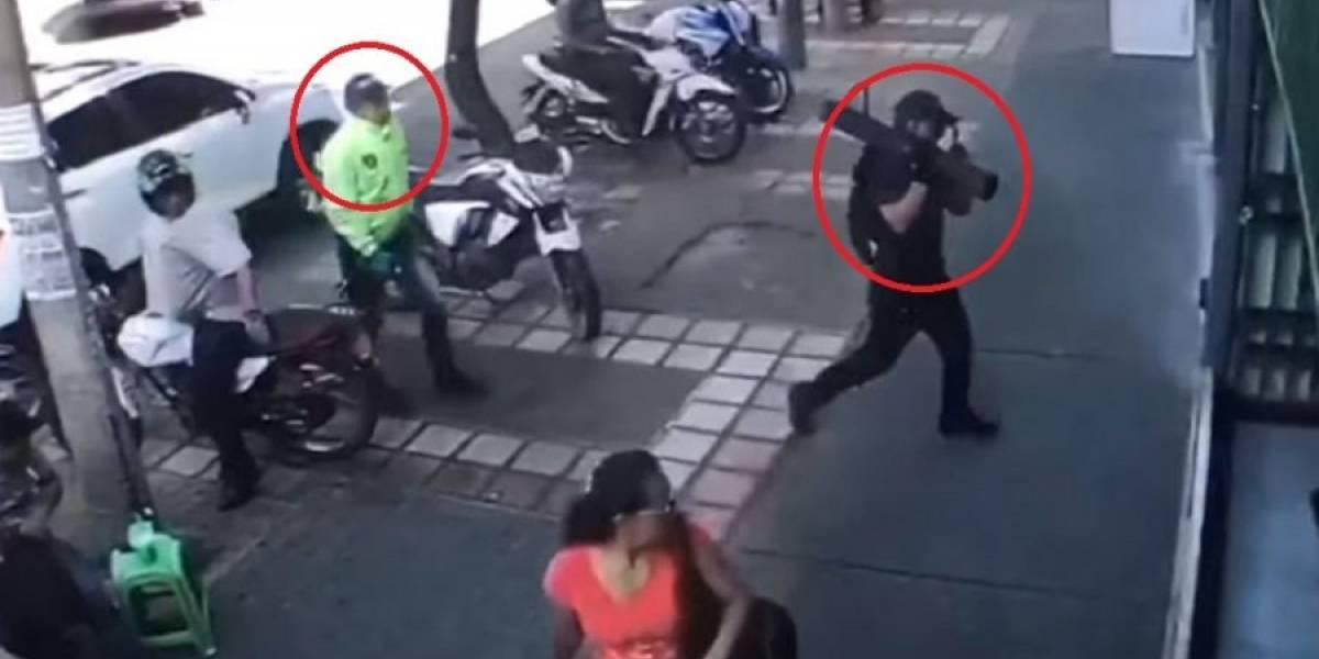 ¡Como de película! Delincuentes asaltan joyería vestidos con uniforme del CTI