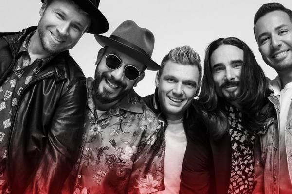Mirá a los Backstreet Boys cantar desde sus mansiones