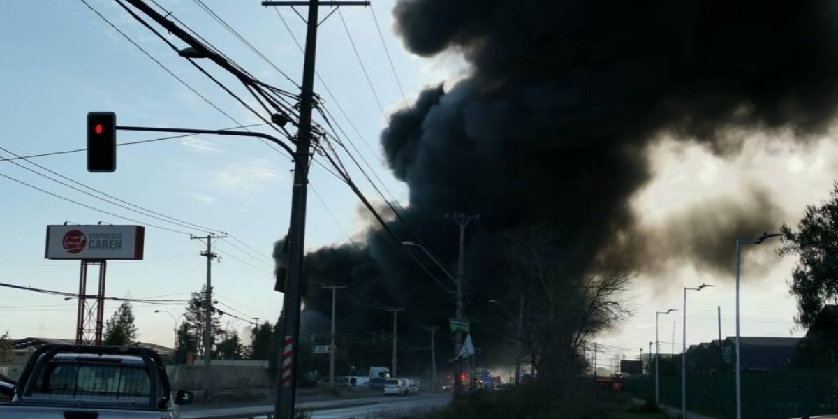 Incendio de grandes proporciones consume galpones en Lo Espejo con Camino a Lonquén