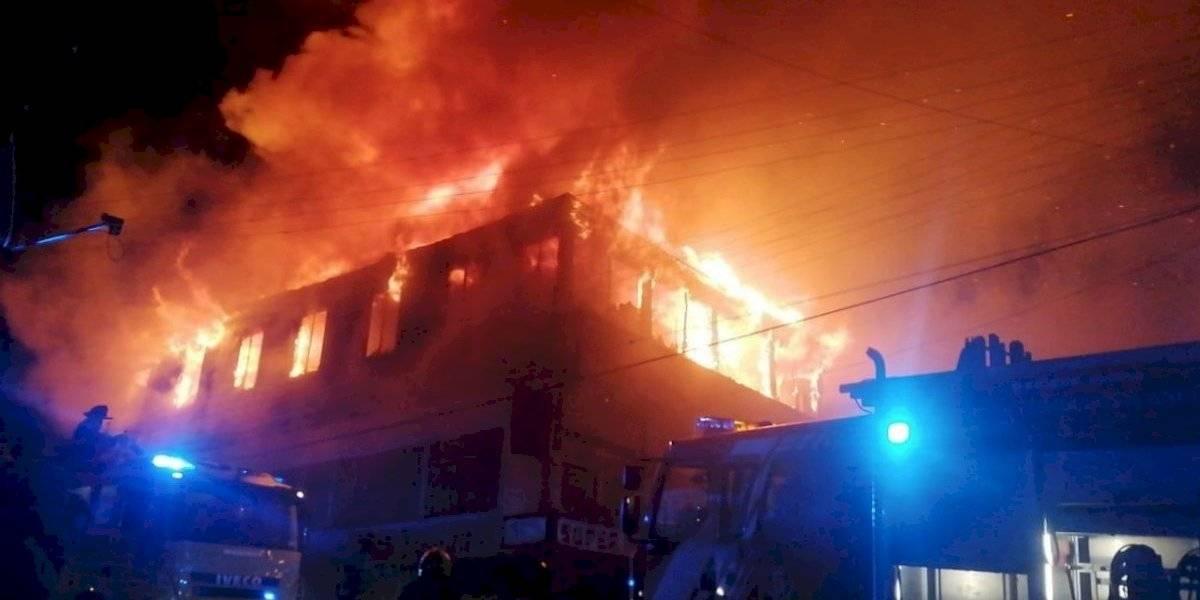 Incendio en pleno centro de Ancud deja cuatro viviendas quemadas y 28 personas damnificadas