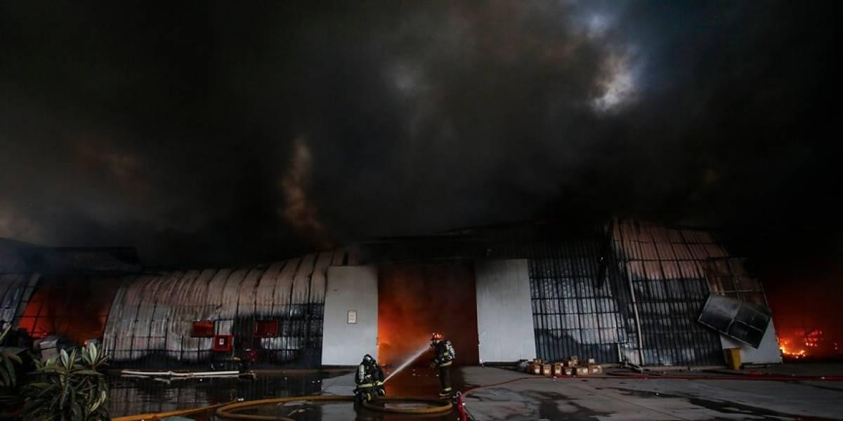 Cuatro horas más tardará apagar el incendio en San Bernardo: Suspenden clases de educación física en RM
