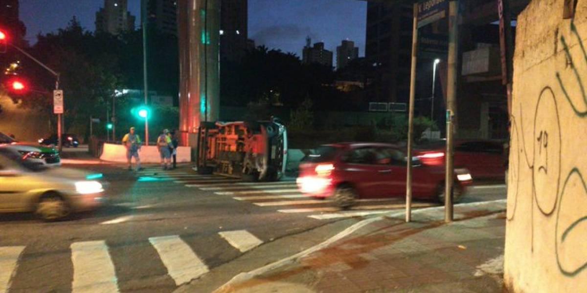 Ambulância capota e colide com outro veículo na zona sul de São Paulo