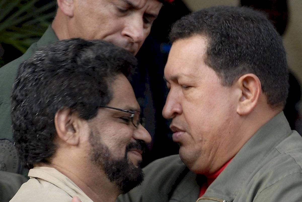 Iván Márquez, líder de la disidencia de las FARC, junto al fallecido presidente venezolano, Hugo Chávez