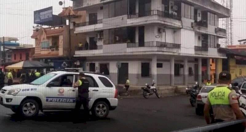 policía en los bajos de la institución BANECUADOR Naranjal