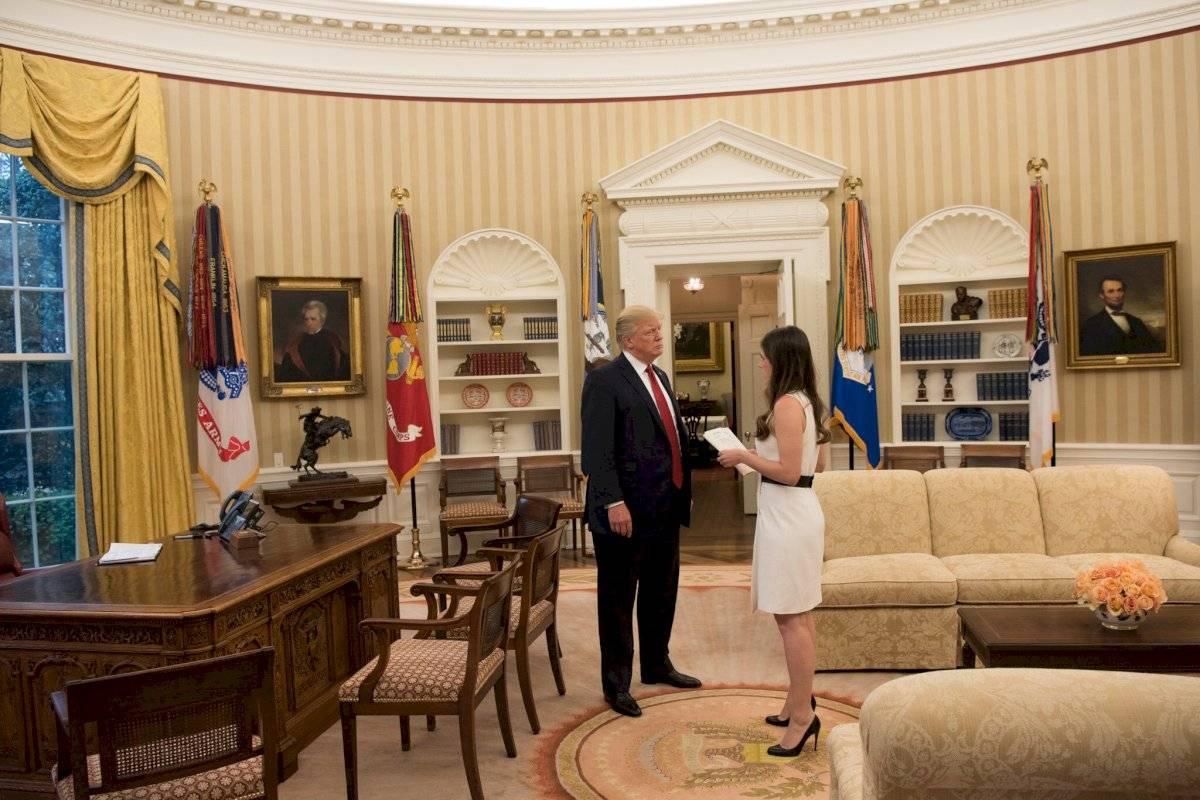 Donald Trump y Madeleine Westerhout, en la Oficina Oval de la Casa Blanca