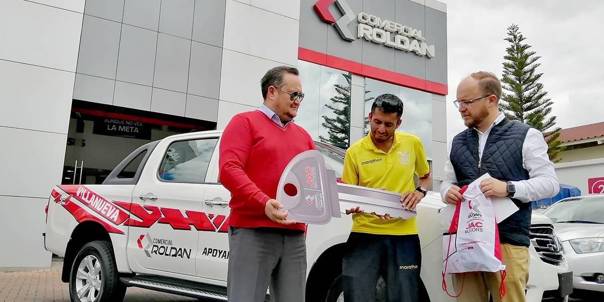 Comercial Roldán entregó una camioneta JAC T6 al marchista Claudio Villanueva