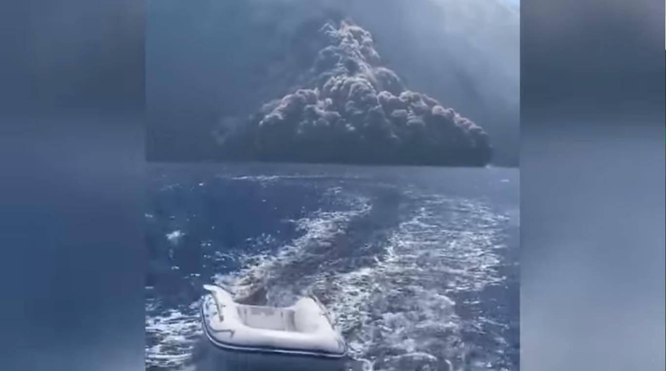 Increíble: Familia graba flujo piroclástico de un volcán en el mar mientras huían a toda velocidad de él
