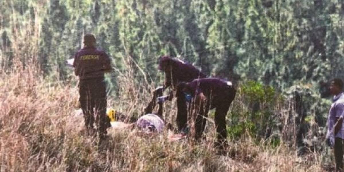 Encuentran a un bebé gateando entre los cadáveres de su familia en un acantilado
