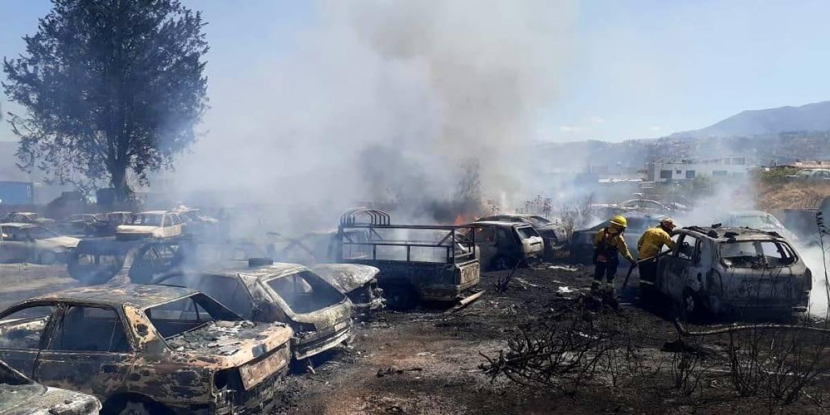 Más de 100 carros fueron calcinados en incendio en patio de retención vehicular en Quito