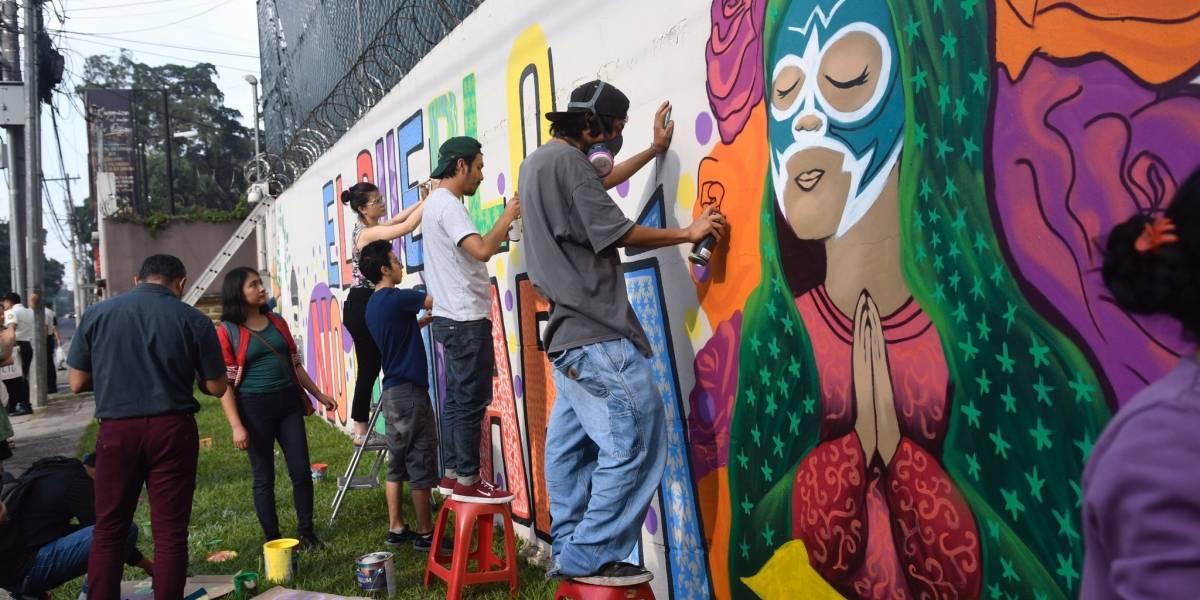 VIDEO. Guatemaltecos plasman colorido mural en la sede de la CICIG