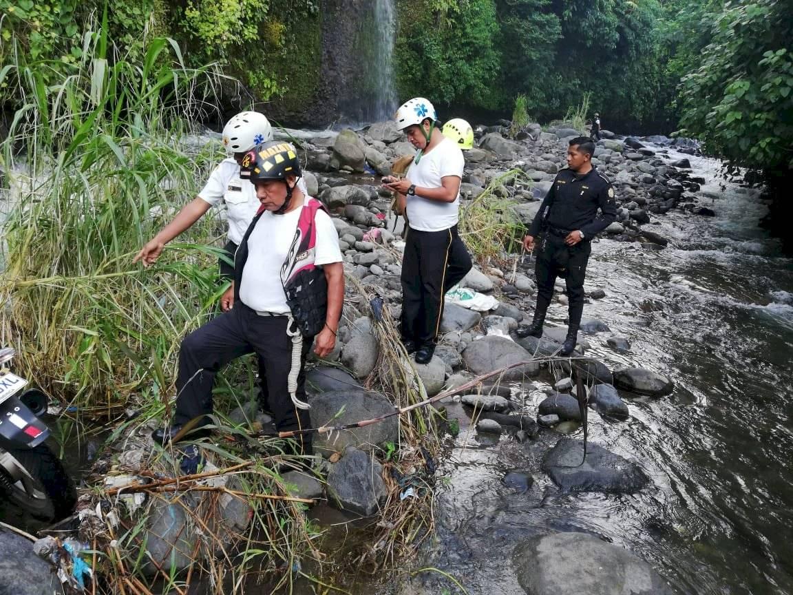 Motorista muere al caer en río en San Antonio Suchitepéquez, en Suchitepéquez.