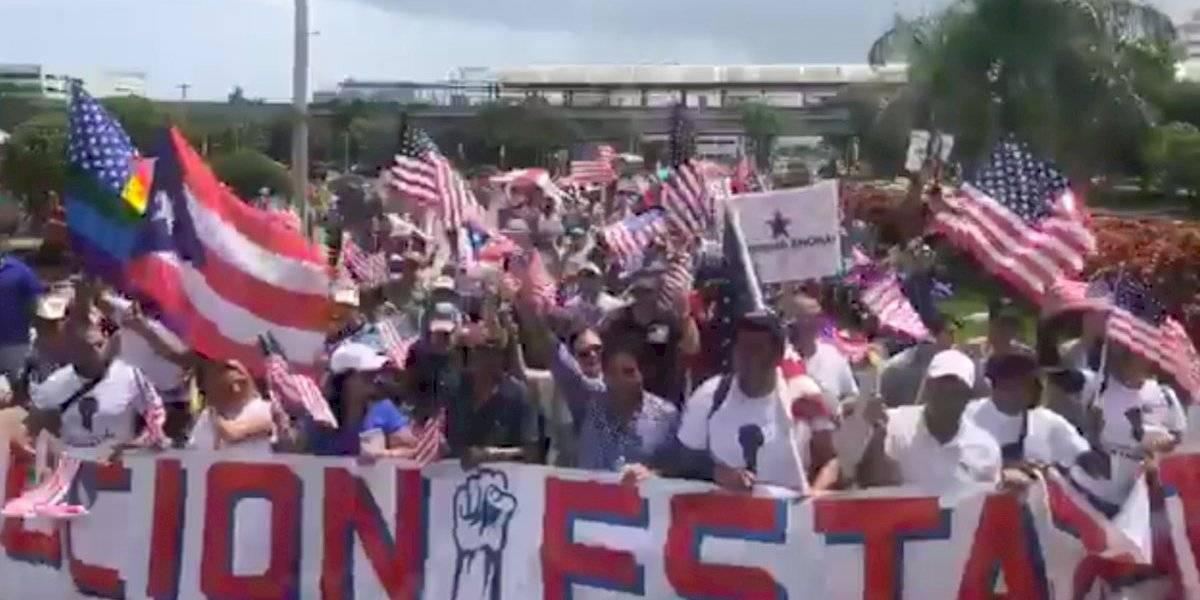 "Marchan bajo consigna de ""revolución estadista"" para pedir anexión a EE. UU."