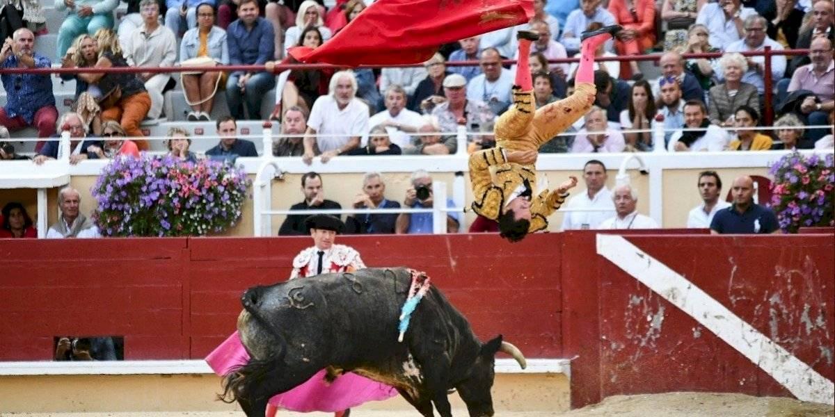 Toro embiste a matador y lo hace volar por los aires