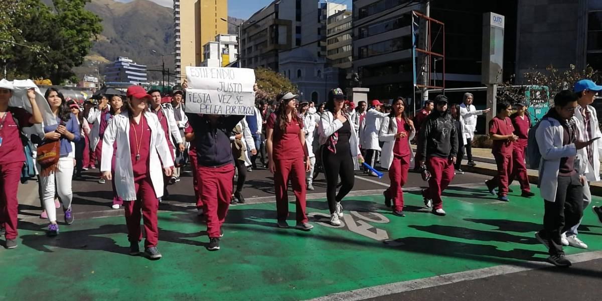 Los internos rotativos y estudiantes de medicina bloquean vías en Quito