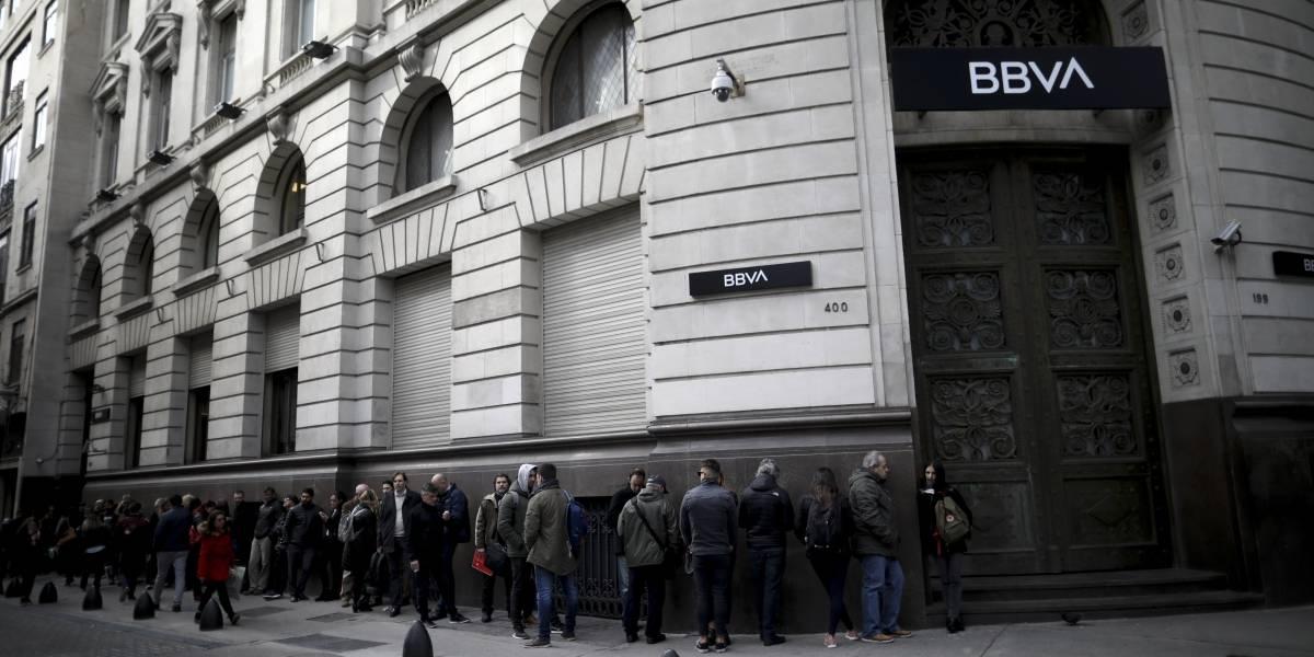 Comienza restricción a compra de dólares en Argentina