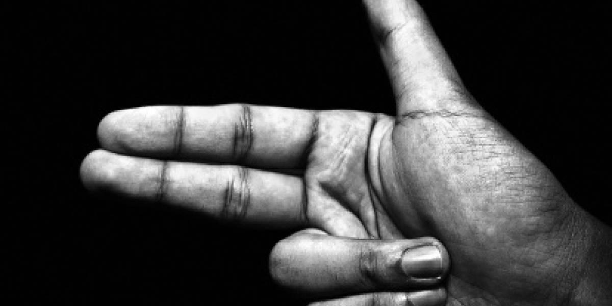 """Una amenaza real: declaran culpable a un hombre por """"dispararle"""" a su vecino con el dedo"""
