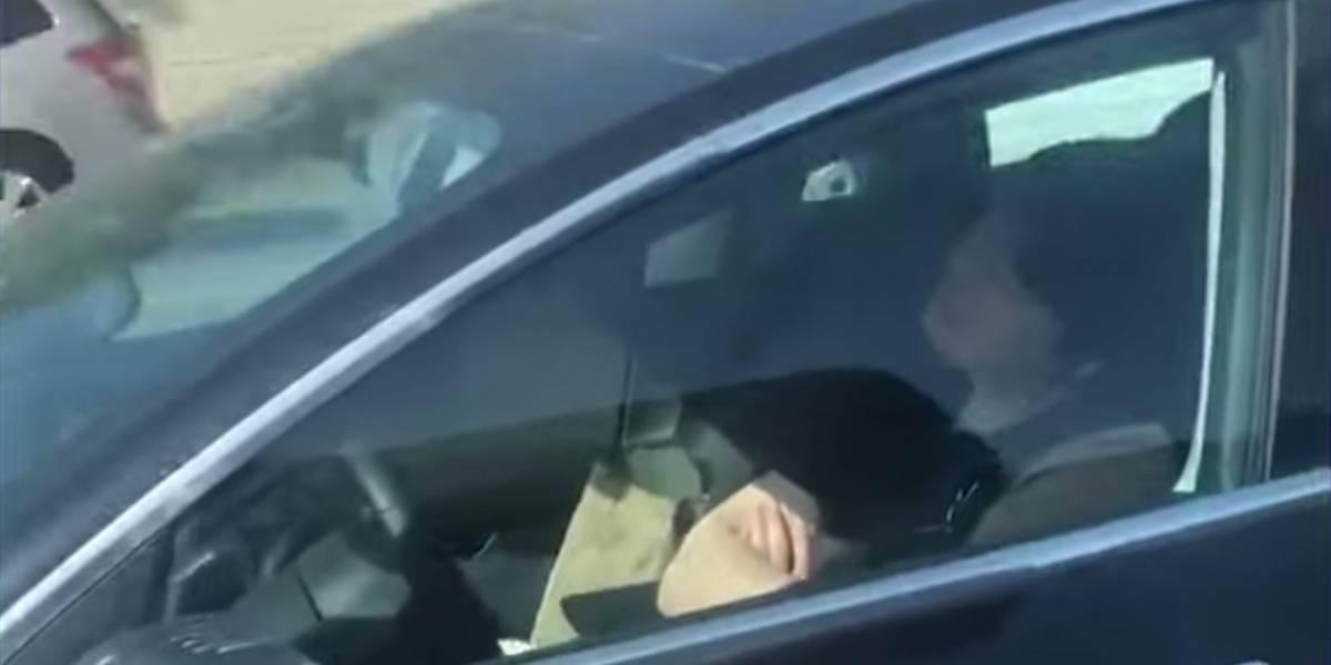 Captan a conductor de Tesla durmiendo en autopista y usando el piloto automático