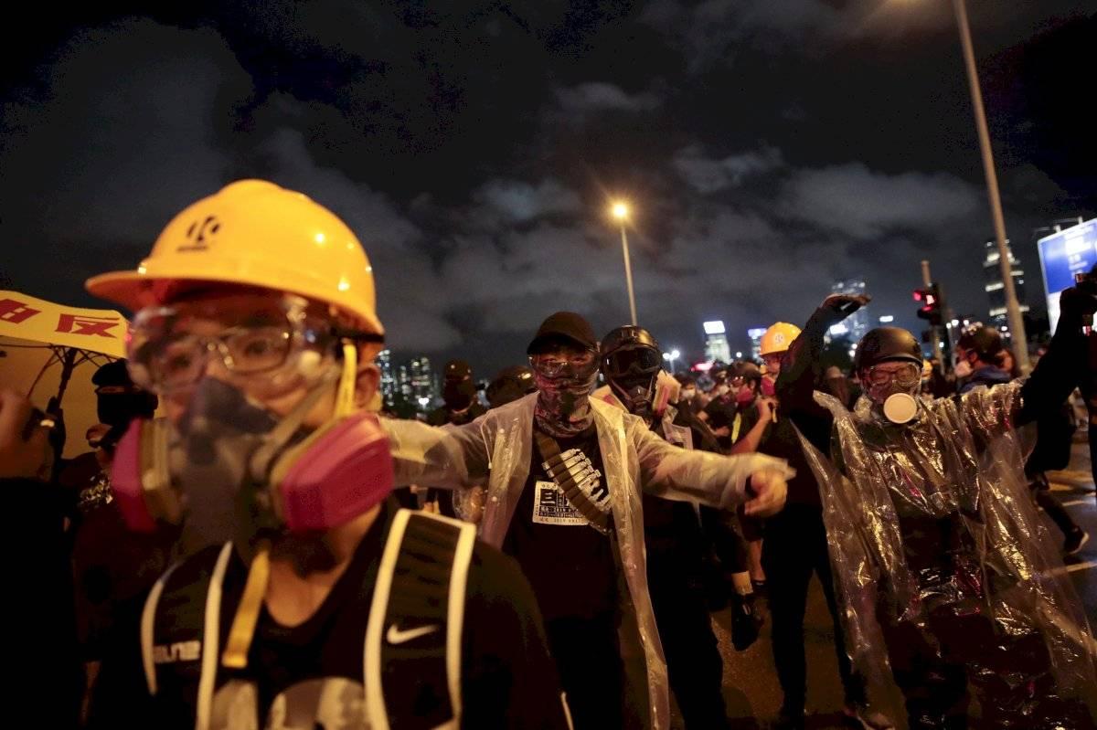 Manifestantes burlan la policía cerca del Edificio de las Fuerzas del Ejército Popular de Liberación de China en Hong Kong, el lunes 2 de septiembre de 2019.