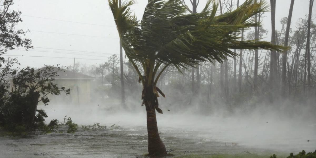 """""""Estamos en medio de una tragedia histórica"""": Dorian se debilita a huracán de categoría 3 y deja cinco muertos en su paso por Bahamas"""