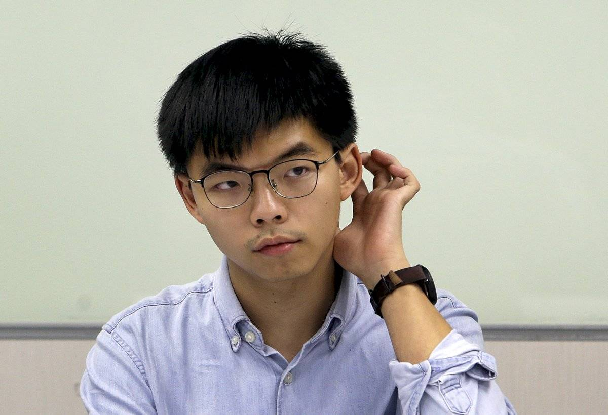 Joshua Wong, activista de Hong Kong, escucha a la prensa después de reunirse con los líderes políticos del Partido Progresista Democrático de Taiwán (DPP) en Taipei, Taiwán