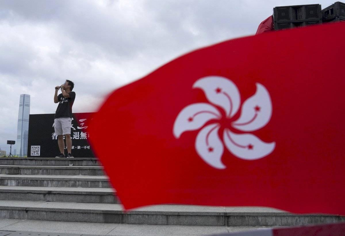 Un manifestante habla junto a una bandera de Hong Kong, durante una manifestación prodemocrática en Tamar Park, Hong Kong