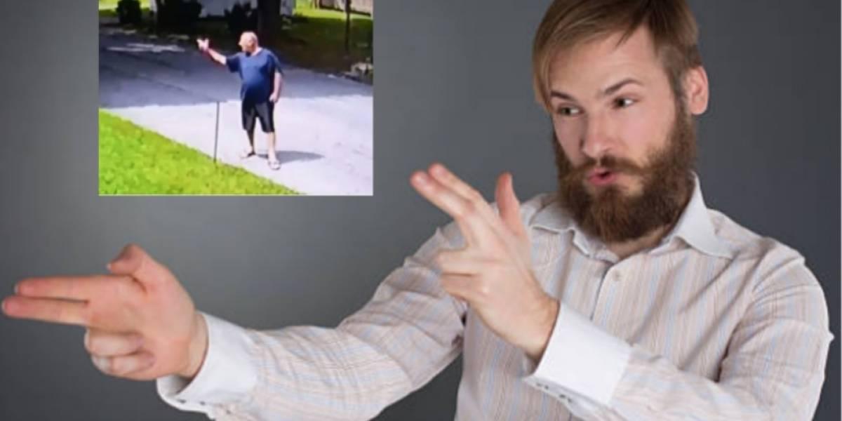 """¡Para no creer! Hombre es multado por """"dispararle"""" a su vecino con un """"arma"""" hecha con sus manos"""