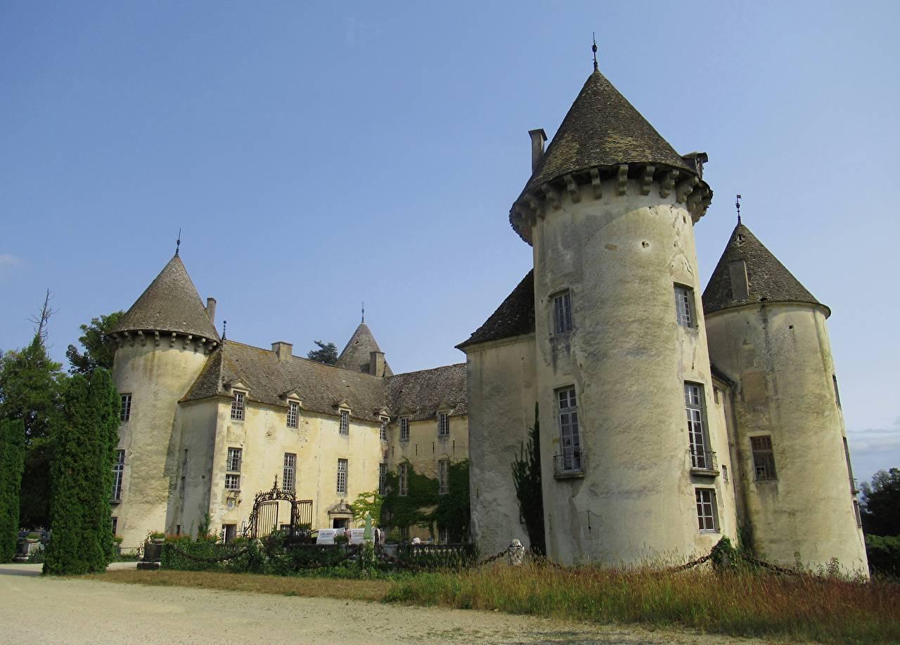 Conoce el llamativo castillo Francés donde existe una gigantesca colección de aviones