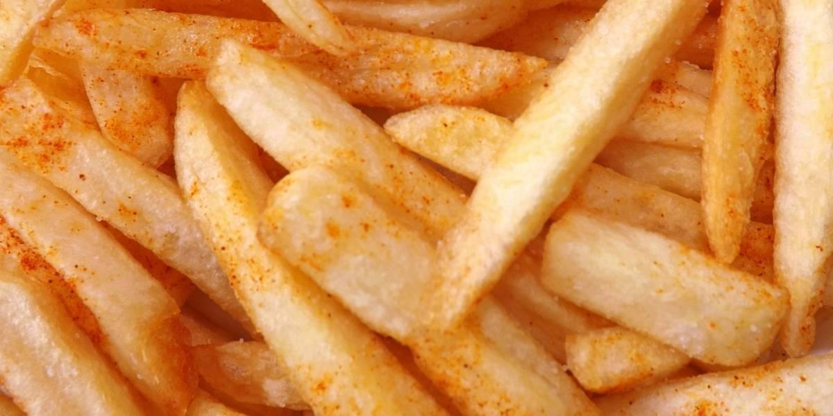 Joven pierde la vista por solamente comer papas fritas