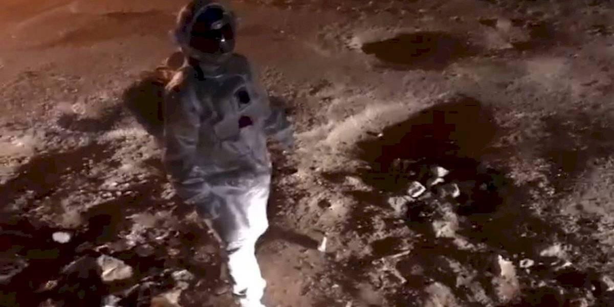 """Se vistió de astronauta e hizo una """"caminata lunar"""" para protestar por el mal estado de las calles"""