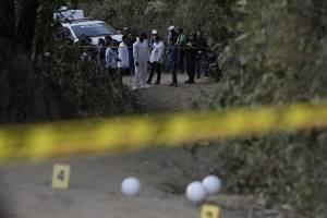 Policías prestan seguridad y miembros de la Fiscalía realizan labores forenses este lunes en Suárez, en el departamento del Cauca (Colombia)