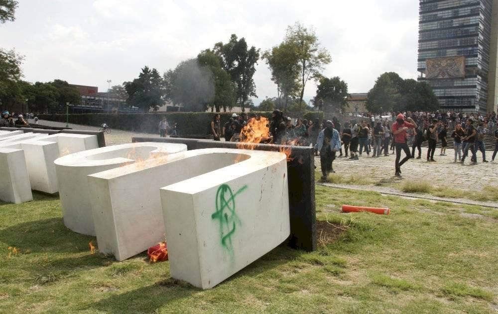Encapuchados vandalizan instalaciones de la UNAM