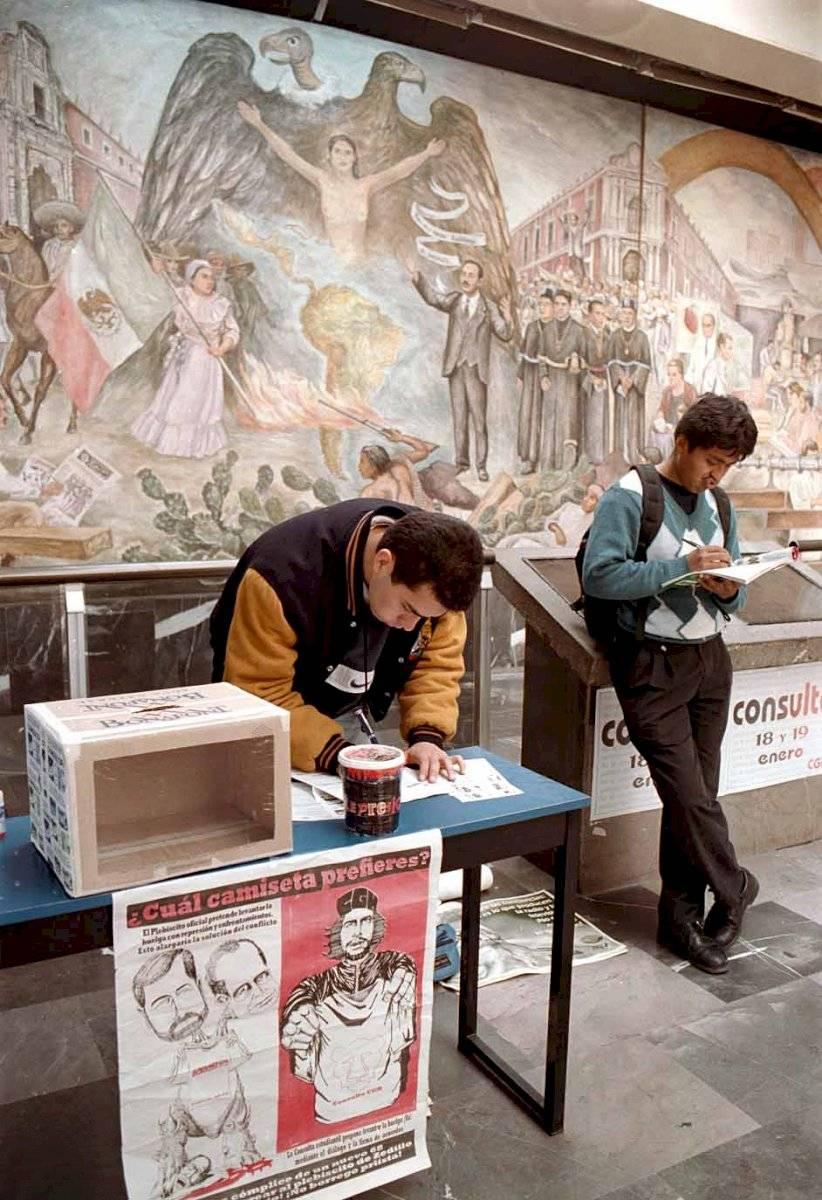 Segundo día del plebiscito organizado por el Consejo General de Huelga de la UNAM. Imagen tomada en el Metro Universidad, en enero del 2000